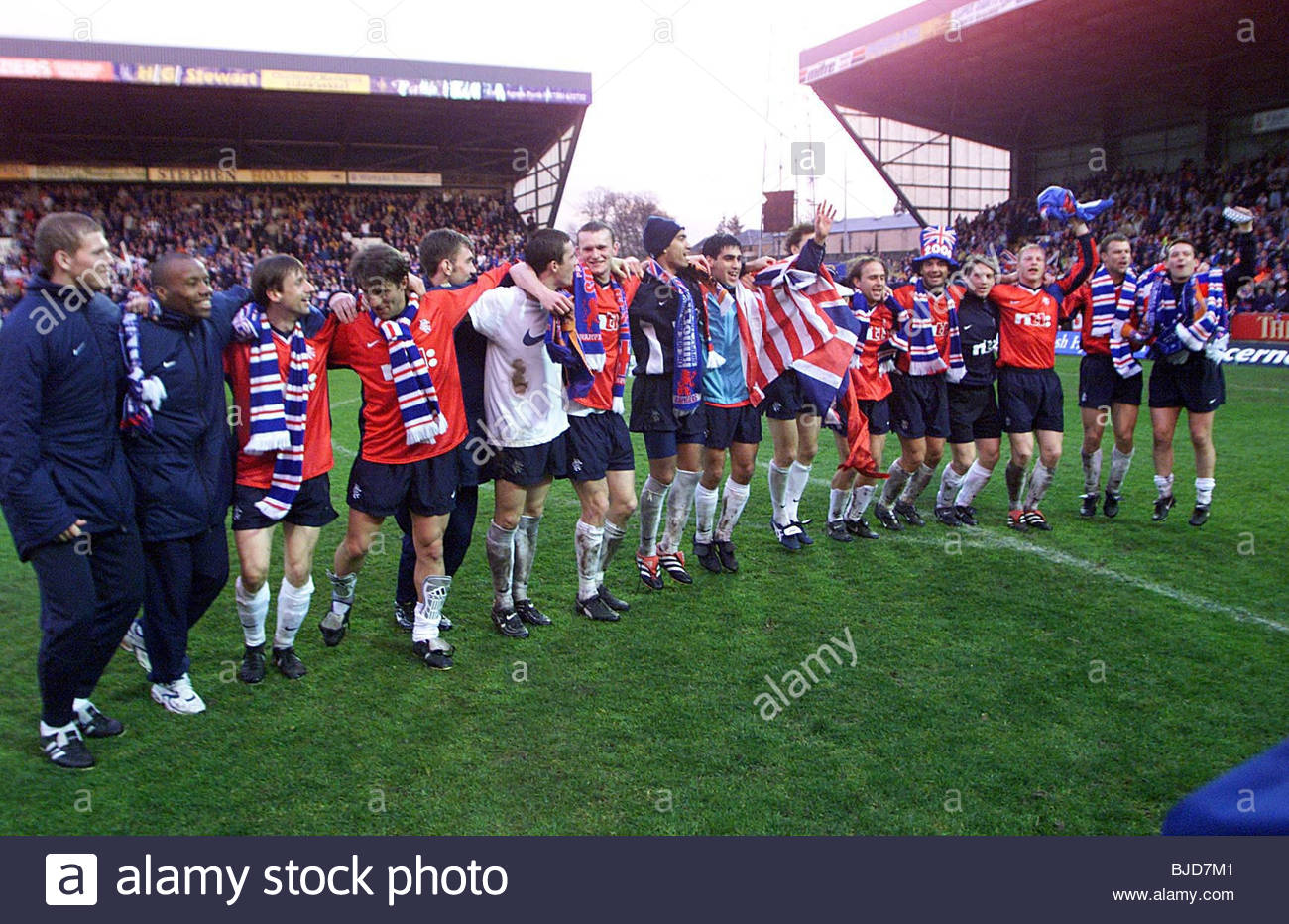 23/04/00 SPL ST JOHNSTONE V RANGERS (0-2) McDIARMID PARK - PERTH The Rangers players celebrate their championship - Stock Image