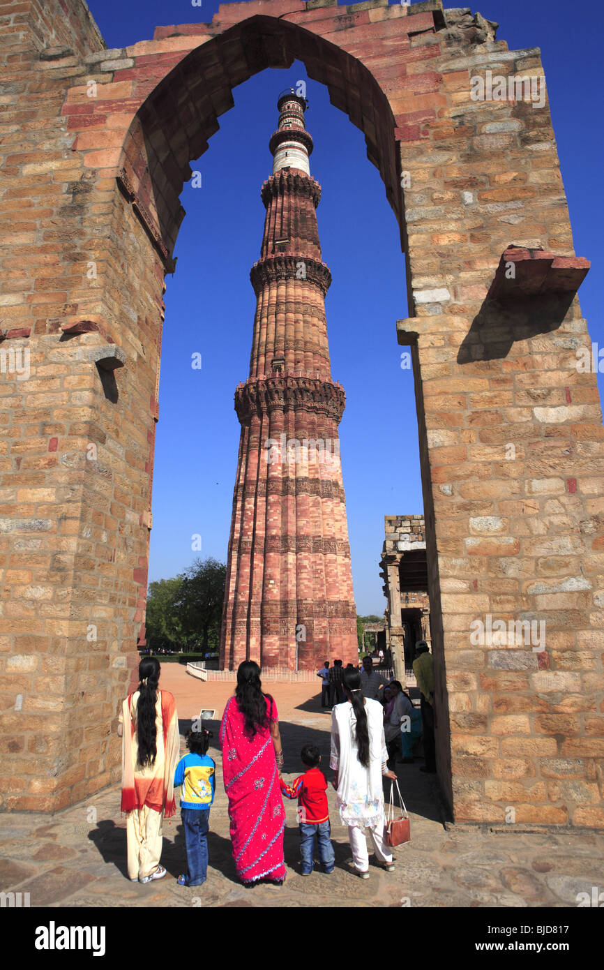 Mother with two sons and sisters watching Qutb Minar through arch ; Indo-Muslim art ; Delhi sultanate ; Delhi; India - Stock Image