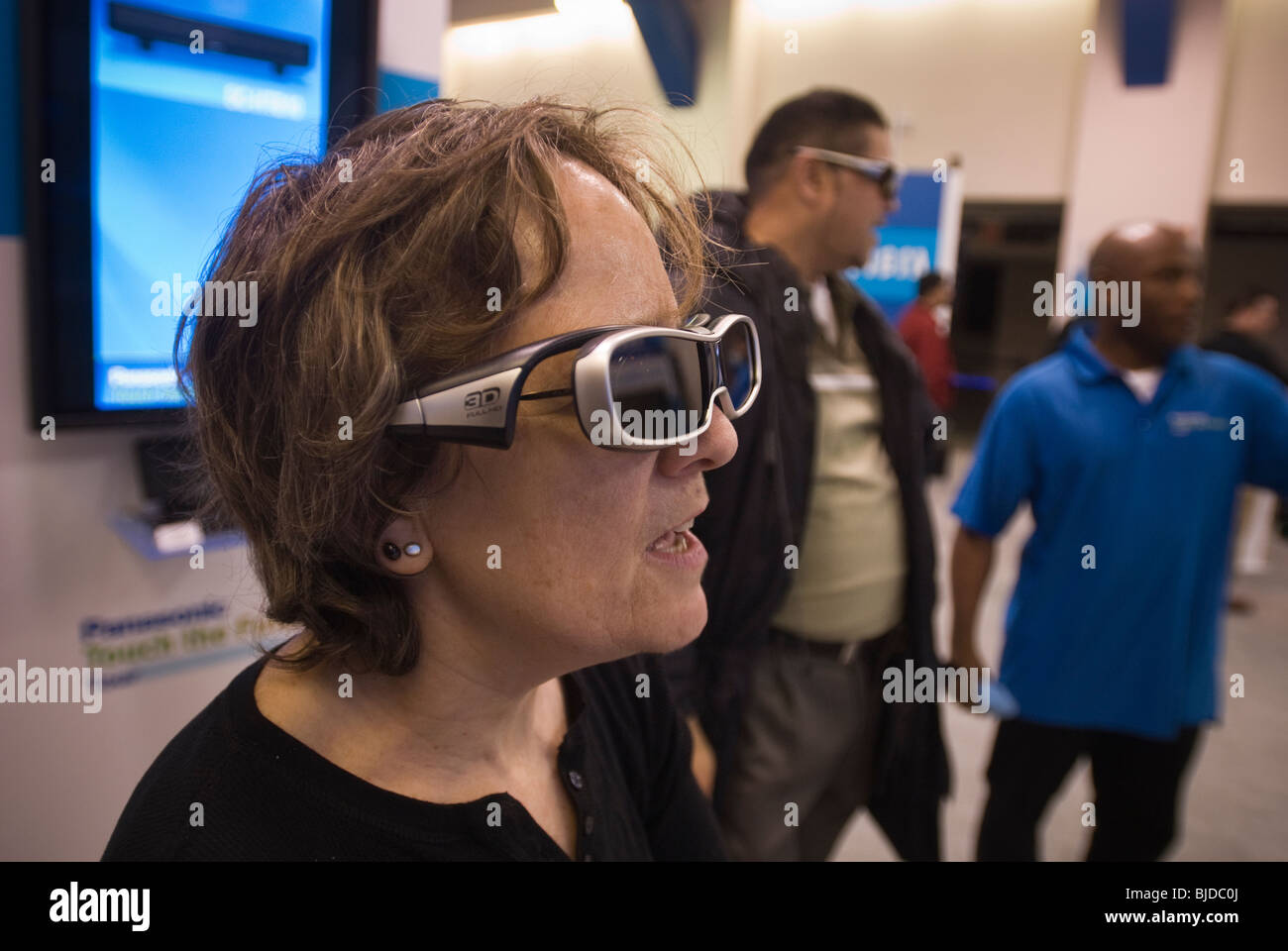 Consumers watch 3-D television in the Panasonic Touch the Future tour in New York - Stock Image