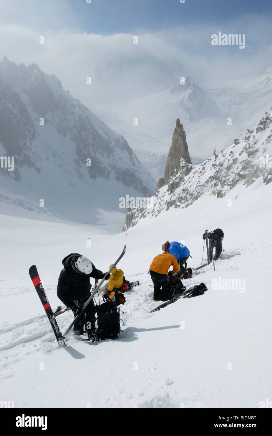 Group of skiers removing climbing skins and preparing for the descent. Mont Blanc massif and the Vallee Blanche - Stock Image