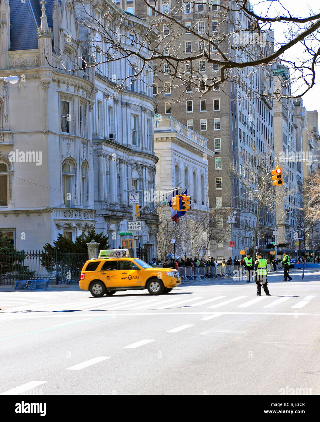 Taxi crosses 5th Ave., Manhattan, New York City - Stock Image