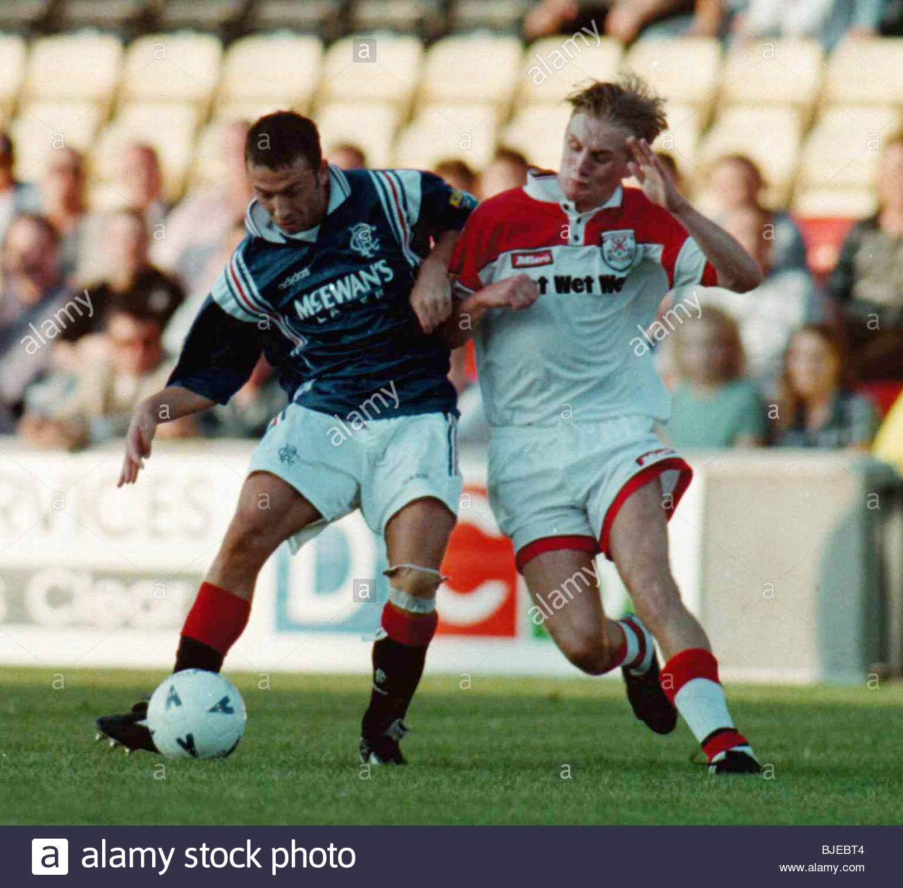 14/08/96 COCA-COLA CUP RND 2 CLYDEBANK V RANGERS (0-3) FIRHILL - GLASGOW Gary Teale (right) challenges Rangers midfielder - Stock Image