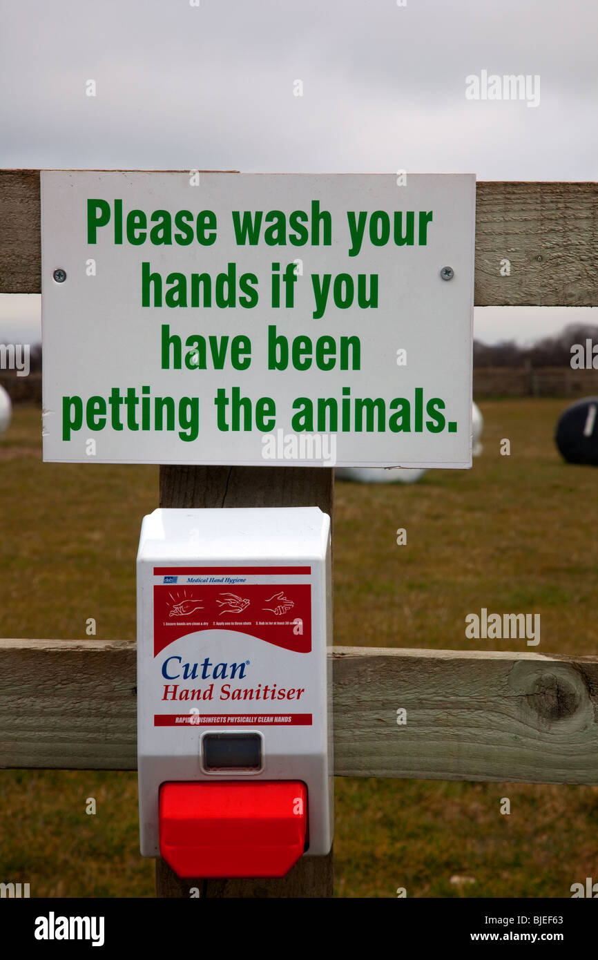 Please wash your hands if you have been petting the animals sign_ Heath care signs and signage - Stock Image