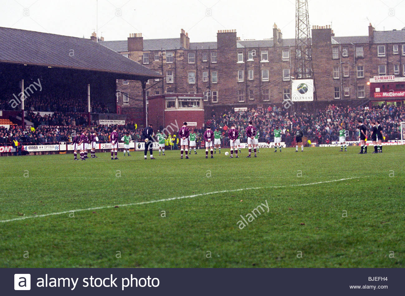 15/03/97 BELL'S PREMIER DIVISION HEARTS V HIBS (1-0) TYNECASTLE - EDINBURGH Both sets of players observe a minute's - Stock Image