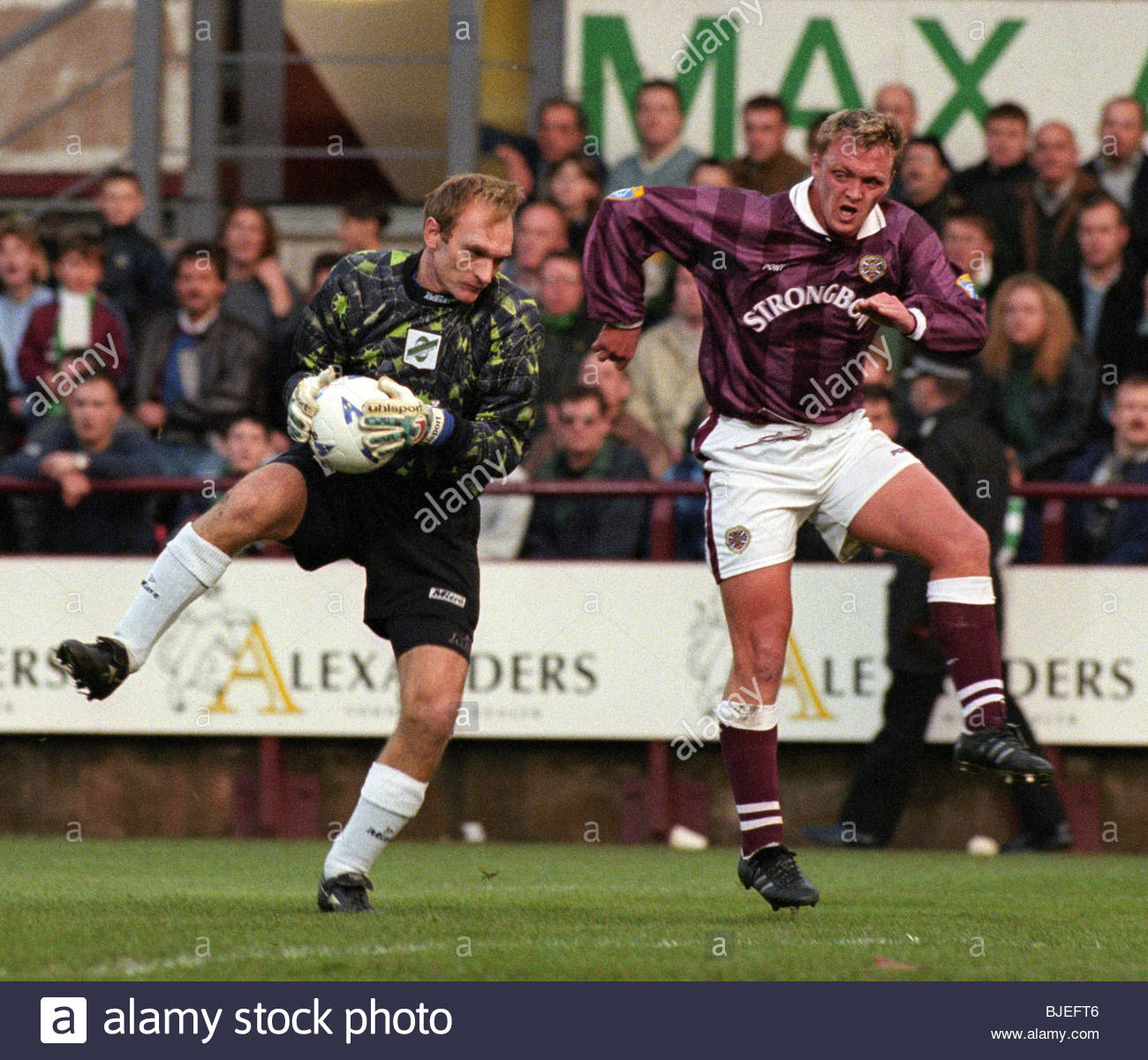 16/11/96 BELL'S PREMIER DIVISION HEARTS V HIBS (0-0) TYNECASTLE - EDINBURGH Hibs goalkeeper Jim Leighton clutches - Stock Image