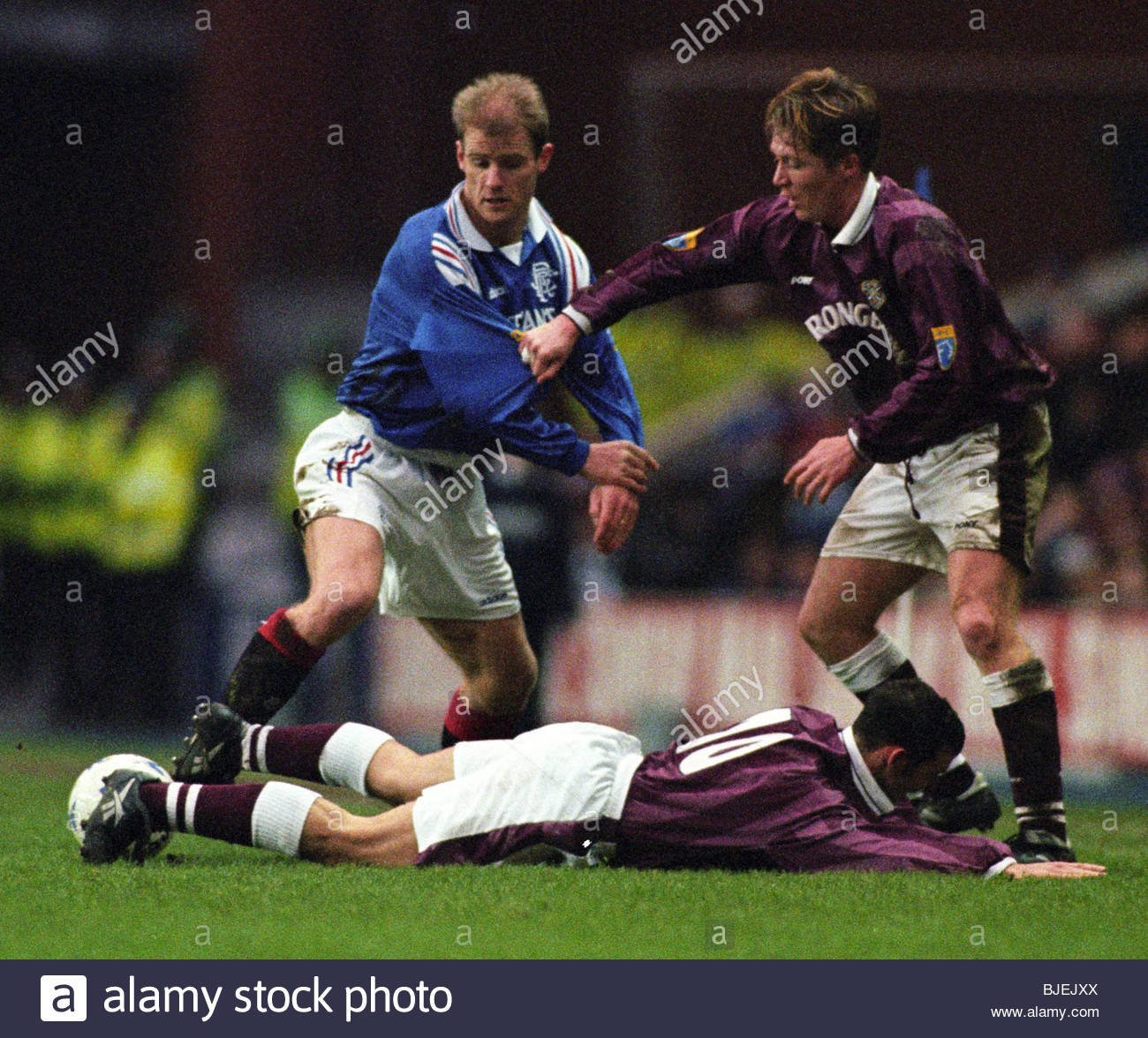01/02/97 BELL'S PREMIER DIVISION RANGERS V HEARTS (0-0) IBROX - GLASGOW Gordon Durie (left) is challenged by - Stock Image