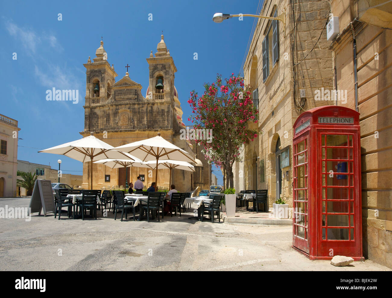 Street cafe and cathedral, San Lawrenz, Gozo, Malta - Stock Image