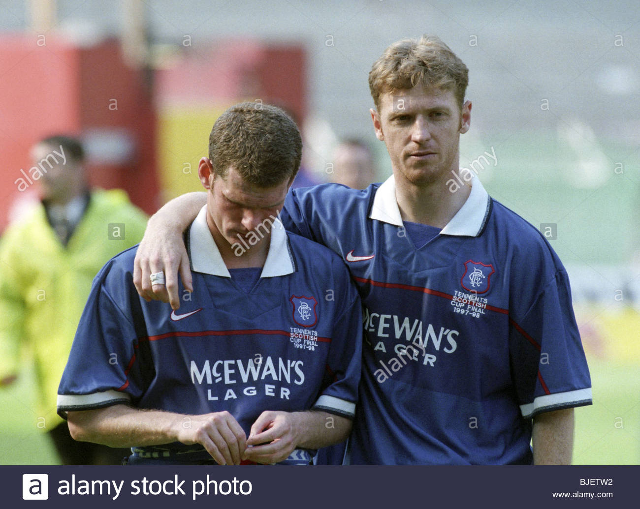 16/05/98 TENNENT'S SCOTTISH CUP FINAL HEARTS V RANGERS (2-1) CELTIC PARK - GLASGOW Ian Durrant (left) is consoled - Stock Image