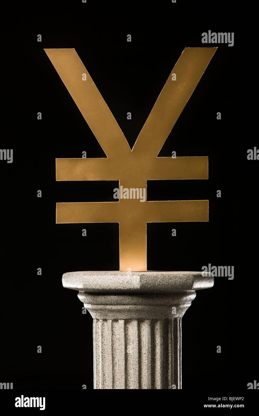 yen symbol on a pedestal - Stock Image