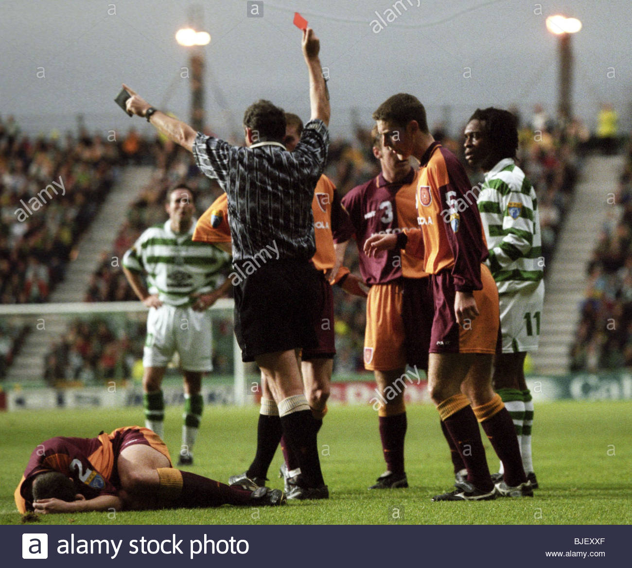 15/11/97 BELL'S PREMIER DIVISION CELTIC v MOTHERWELL (0-2) CELTIC PARK - GLASGOW Referee Willie Young issues - Stock Image
