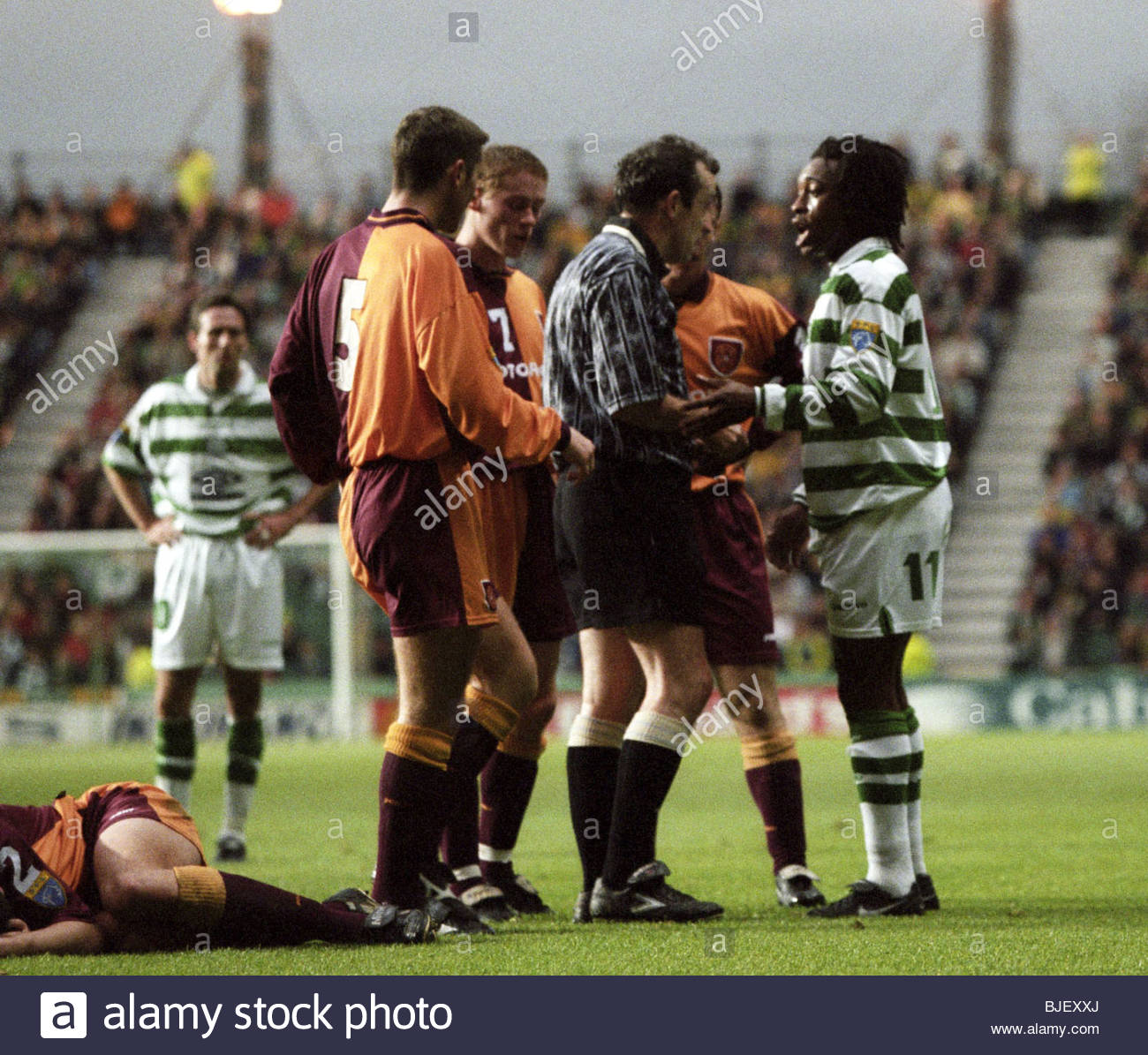 15/11/97 BELL'S PREMIER DIVISION CELTIC v MOTHERWELL (0-2) CELTIC PARK - GLASGOW Referee Willie Young prepares - Stock Image