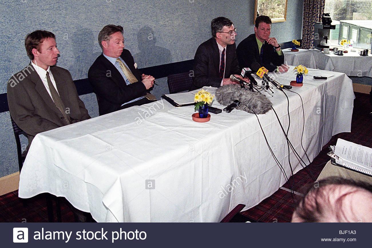 SEASON 1997/1998 Clydebank's Steve Morrison (left), Financial consultant David Low (2nd left), Chairman Sandy - Stock Image