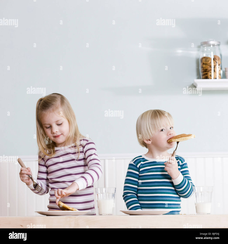 children eating breakfast - Stock Image