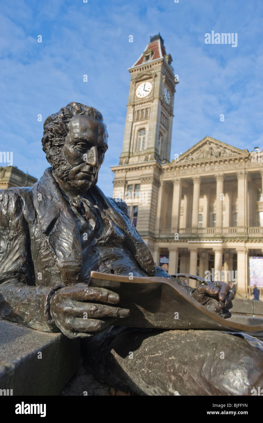 Statue of Thomas Attwood in Chamberlain Square, Birmingham, England. With City Museum and Art Gallery in the background - Stock Image