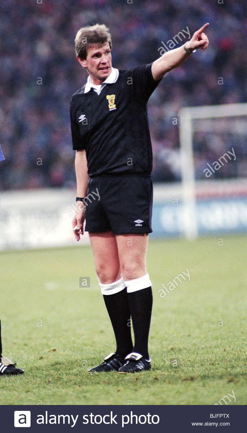 27/11/93 PARTICK THISTLE V RANGERS (1-1) FIRHILL - GLASGOW Referee Mike Pocock - Stock Image
