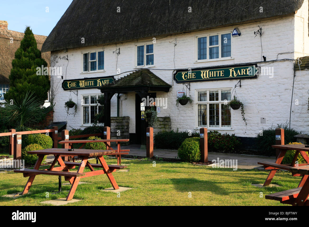 Front beer garden of White Hart pub in Wroughton, Wiltshire, England, UK - Stock Image