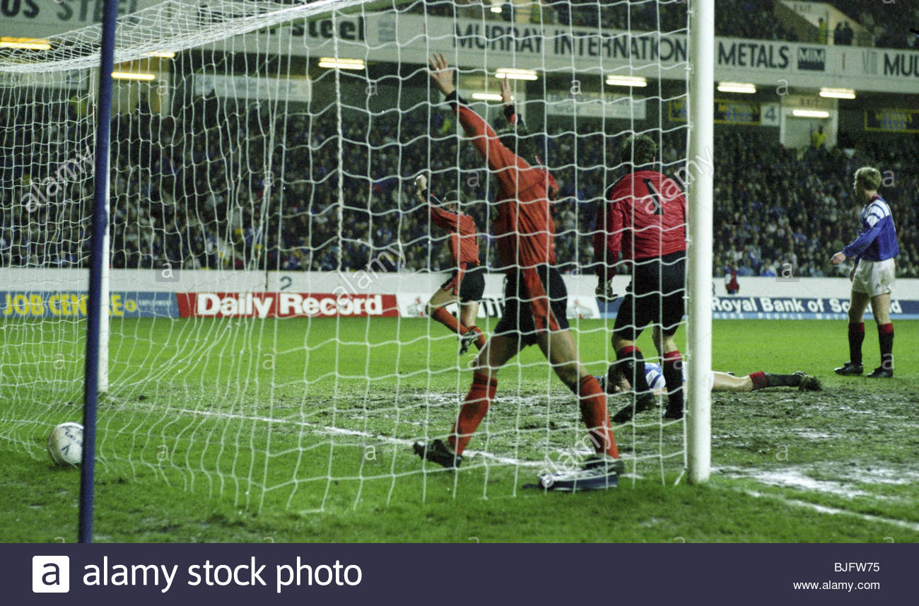 05/01/93 SCOTTISH PREMIER DIVISION RANGERS V DUNDEE UTD (3-2) IBROX - GLASGOW Dundee Utd's Mark Perry (left) - Stock Image