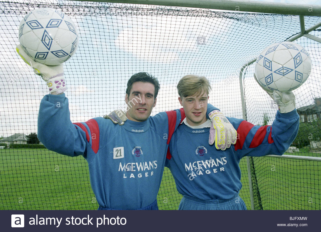 SEASON 1993/1994 RANGERS TRAINING GLASGOW Goalkeepers Ally Maxwell (left) and Colin Scott. - Stock Image