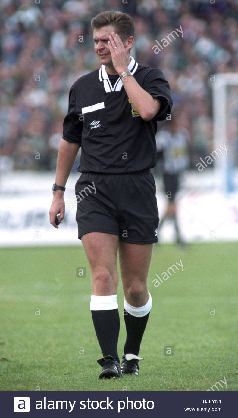 10/09/94 PARTICK THISTLE V CELTIC (1-2) FIRHILL STADIUM - GLASGOW Referee Stuart Dougal - Stock Image
