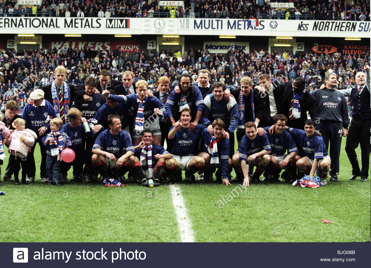 16/04/95 BELL'S PREMIER DIVISION RANGERS V HIBS (3-1) IBROX - GLASGOW The Rangers players celebrate after clinching - Stock Image