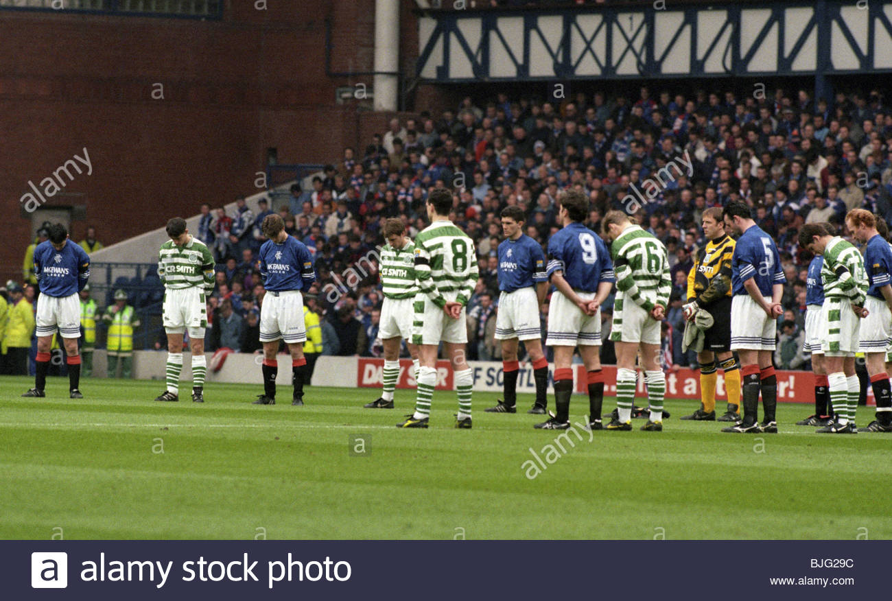 17/03/96 BELL'S PREMIER DIVISION RANGERS V CELTIC (1-1) IBROX - GLASGOW The players and supporters observe a - Stock Image