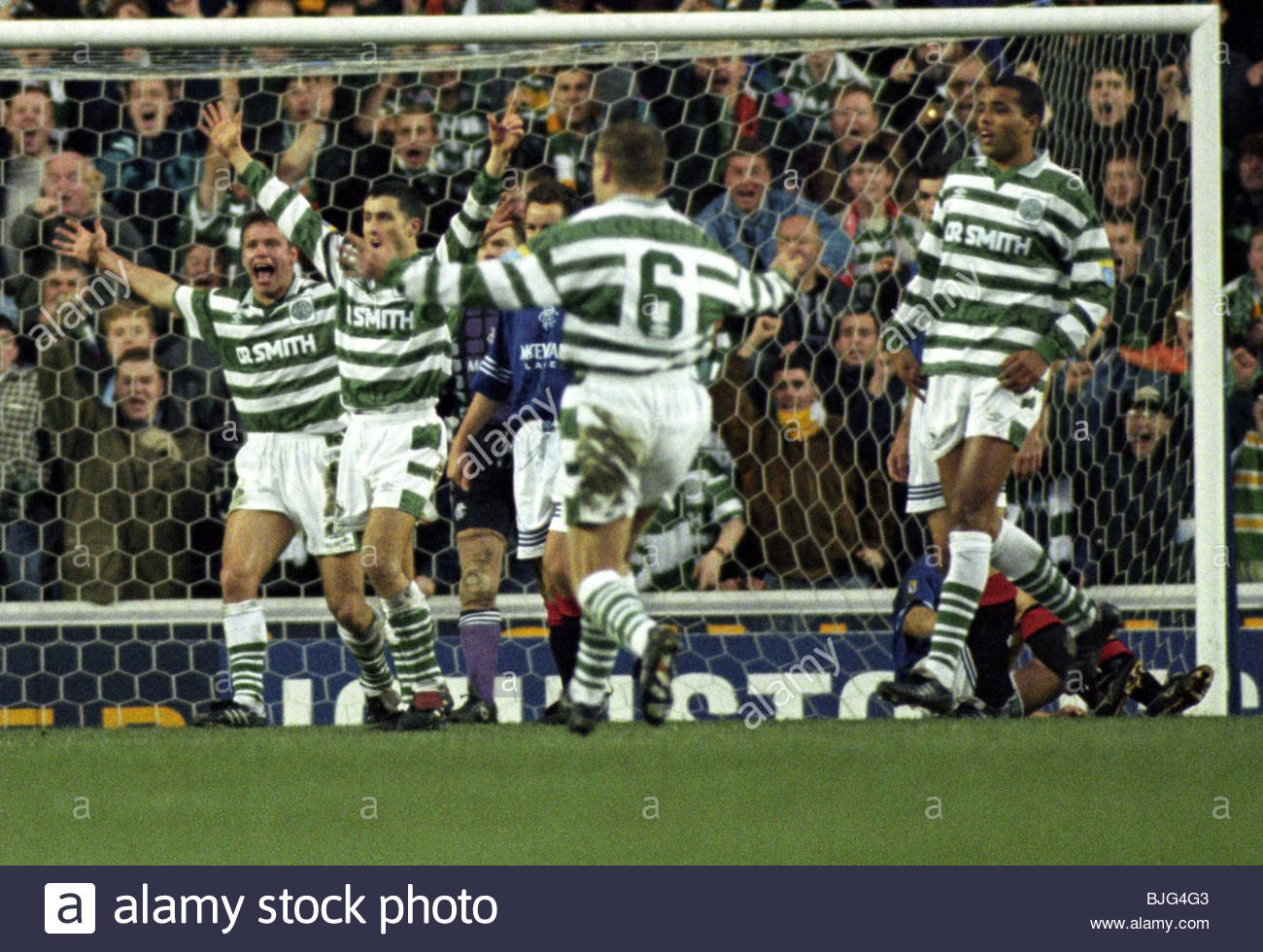 19/11/95 BELL'S PREMIER DIVISION RANGERS V CELTIC (3-3) IBROX - GLASGOW The Celtic players appeal for a penalty - Stock Image