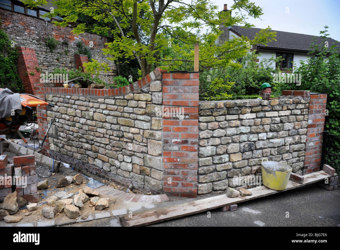 Attrayant Building A Garden Wall With Cotswold Stone And Cement Mortar With Reclaimed  Red Brick Pillars And