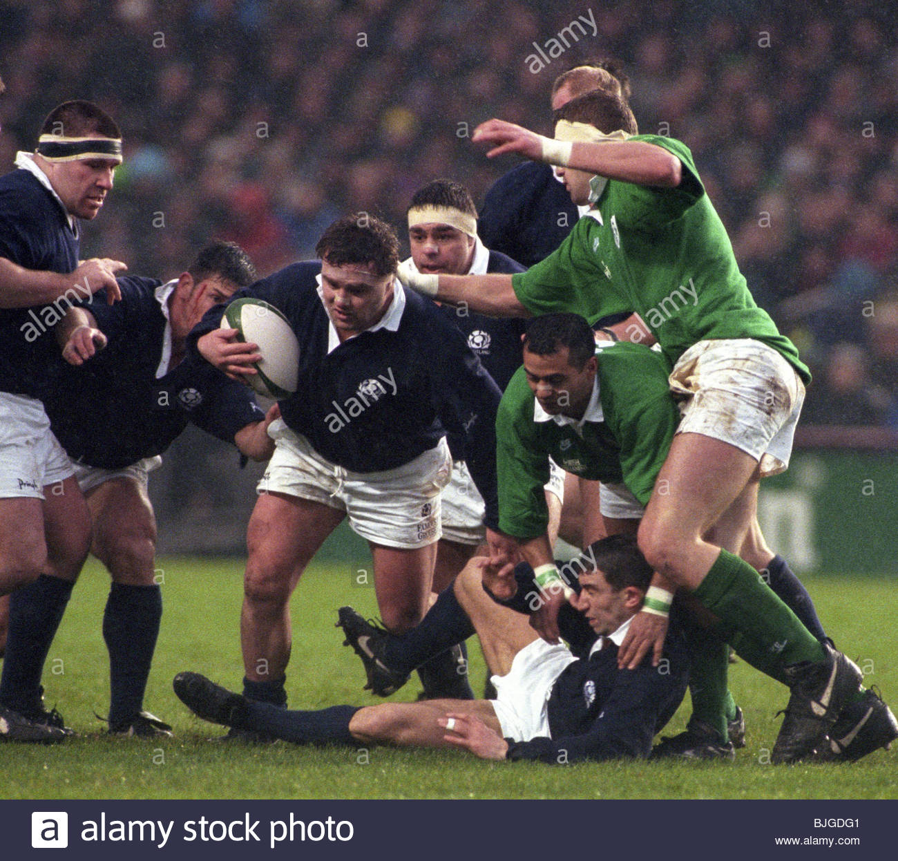 20/01/96 FIVE NATIONS IRELAND V SCOTLAND (10-16) LANSDOWNE ROAD - DUBLIN Scotland's David Hilton takes possession - Stock Image