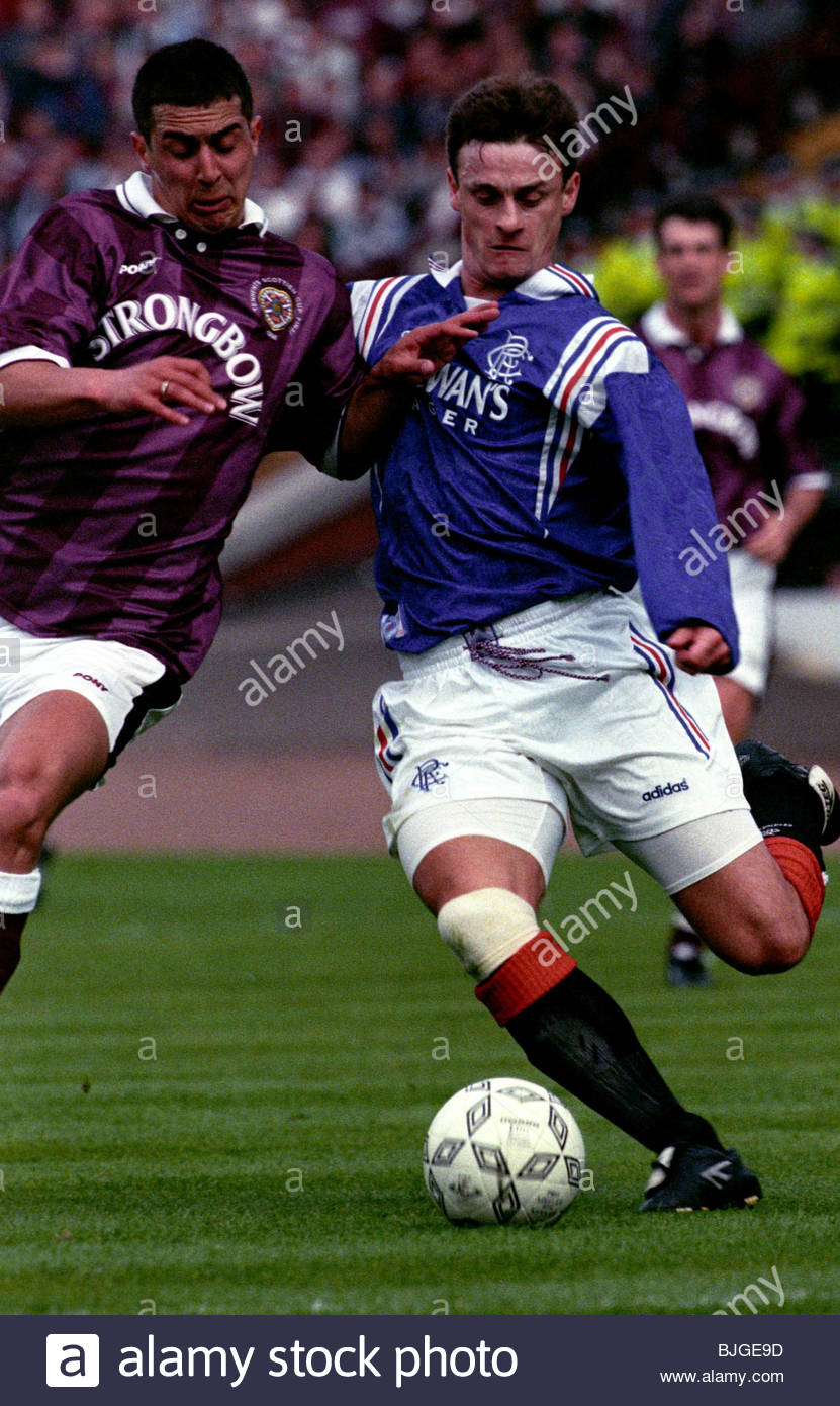 18/05/96 TENNENT'S SCOTTISH CUP FINAL RANGERS V HEARTS (5-1) HAMPDEN - GLASGOW David Robertson (right) battles - Stock Image