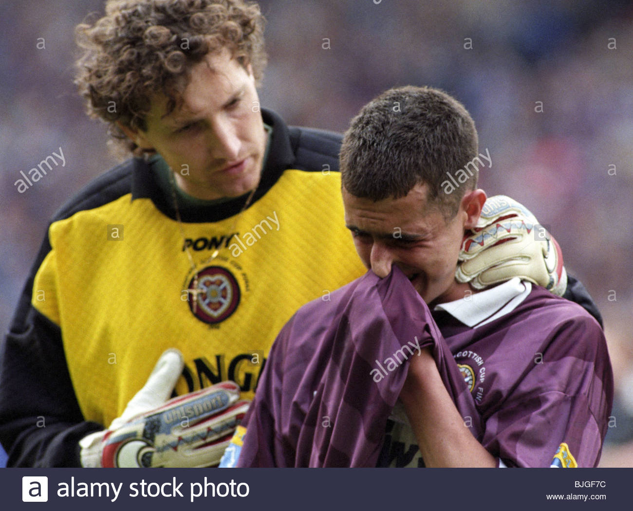 18/05/96 TENNENT'S SCOTTISH CUP FINAL RANGERS V HEARTS (5-1) HAMPDEN - GLASGOW A tearful Allan McManus (right) - Stock Image