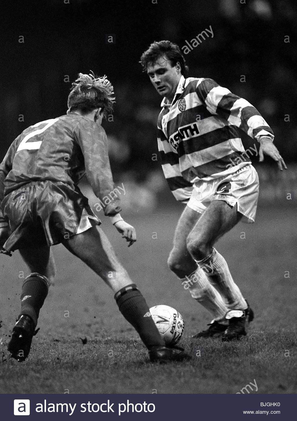19/01/91 PREMIER DIVISION CELTIC V ABERDEEN (1-0) CELTIC PARK - GLASGOW Celtic striker Tommy Coyne takes on Stephen - Stock Image