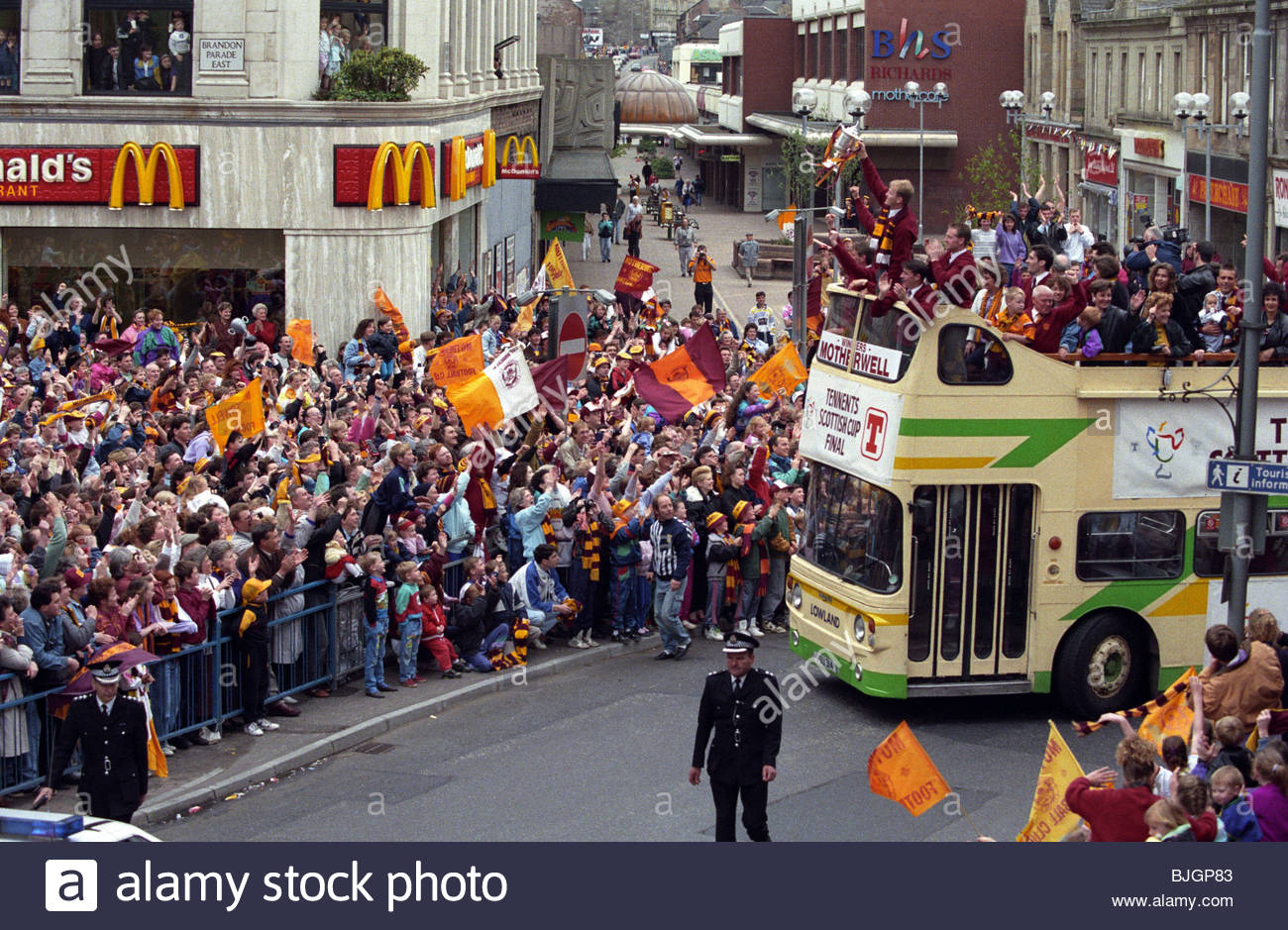 MAY 1991 MOTHERWELL The Motherwell players parade the Scottish Cup about the town after beating Dundee Utd in the - Stock Image