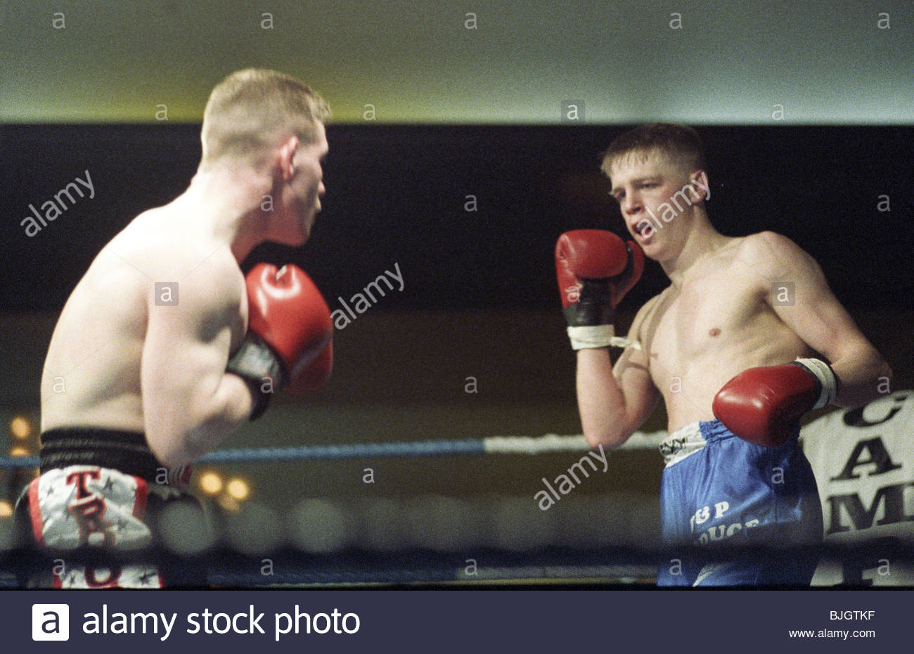 31/01/92 LIGHTWEIGHT CONTEST ALAN MCDOWAL V CHARLES SHEPPARD HOSPITALITY INN - GLASGOW Alan McDowall (right) backs - Stock Image
