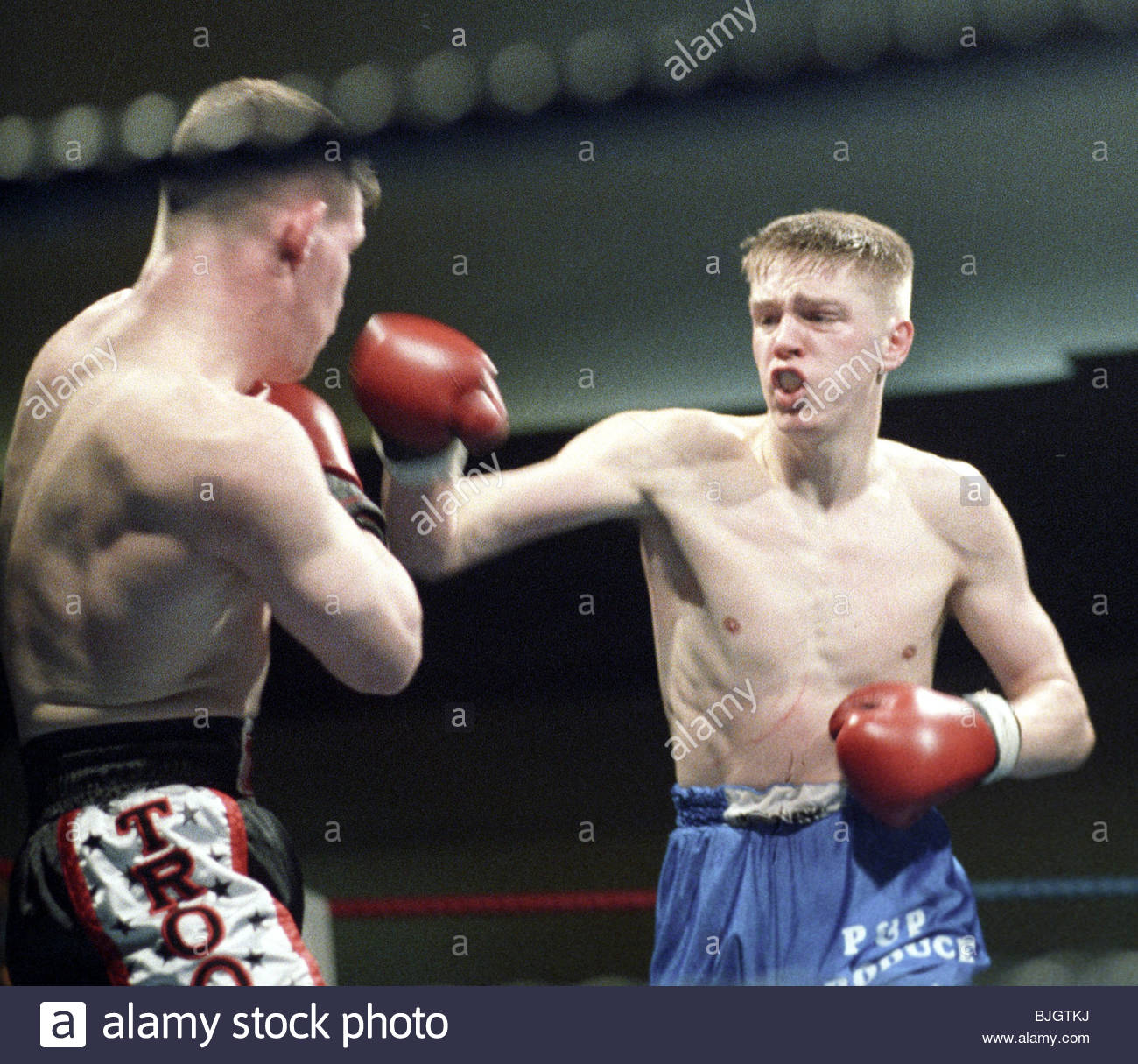 31/01/92 LIGHTWEIGHT CONTEST ALAN MCDOWAL V CHARLES SHEPPARD HOSPITALITY INN - GLASGOW Alan McDowall (right) in - Stock Image