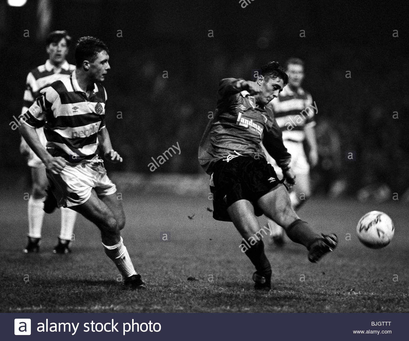 30/11/91 PREMIER DIVISION CELTIC v DUNFERMLINE (1-0) CELTIC PARK - GLASGOW Dunfermline's Scott Leitch (right) - Stock Image