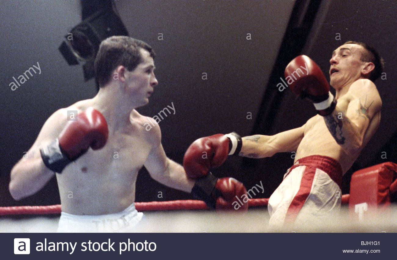 24/02/92 BANTAMWEIGHT CONTEST ALEX DOCHERTY V ANDREW BLOOMER GLASGOW Alex Docherty (left) in action with Andrew - Stock Image
