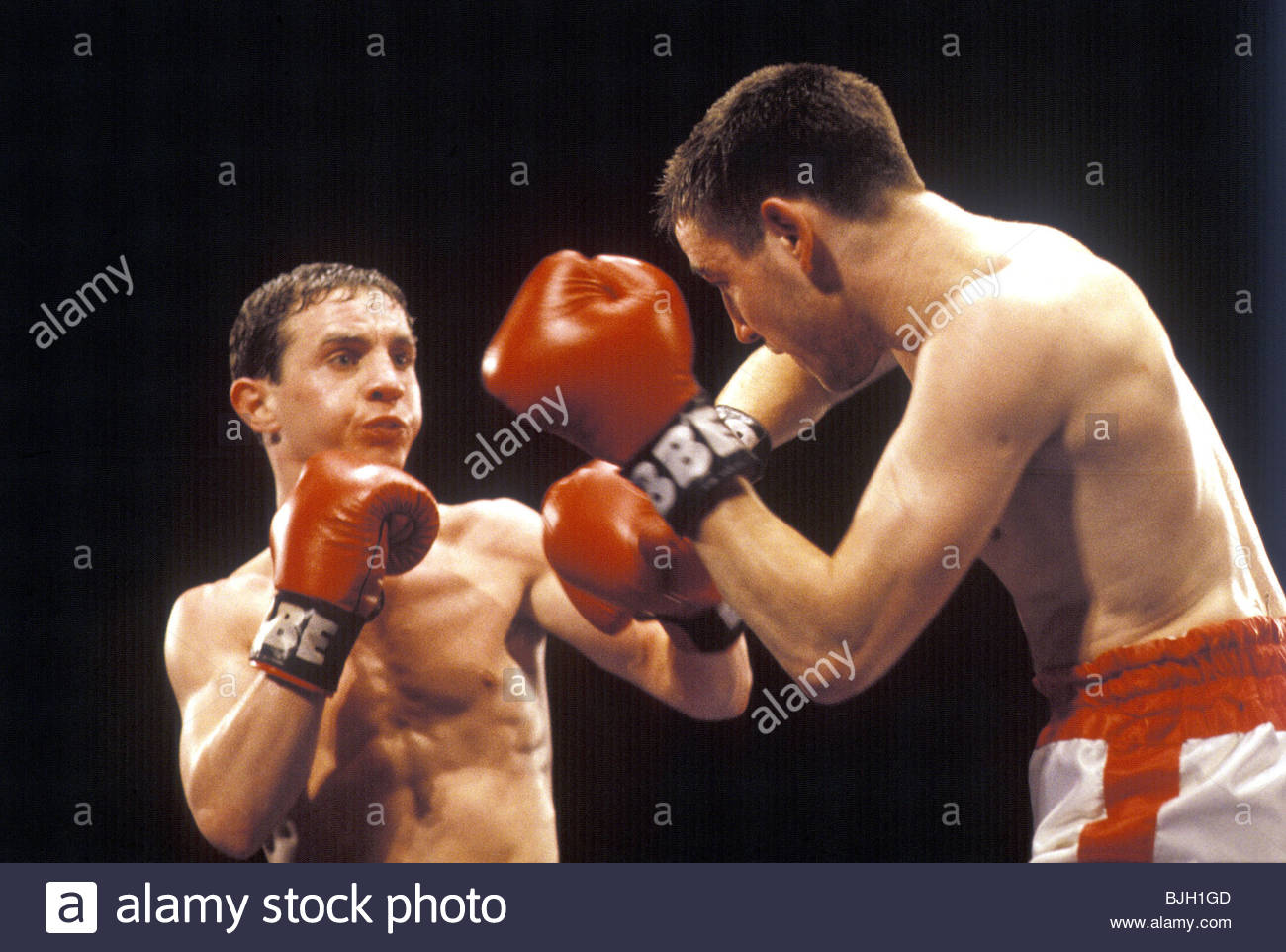 20/02/92 BANTAMWEIGHT CONTEST DAVE HARDIE V SEAN NORMAN SECC - GLASGOW Dave Hardie (left) in action against Sean - Stock Image