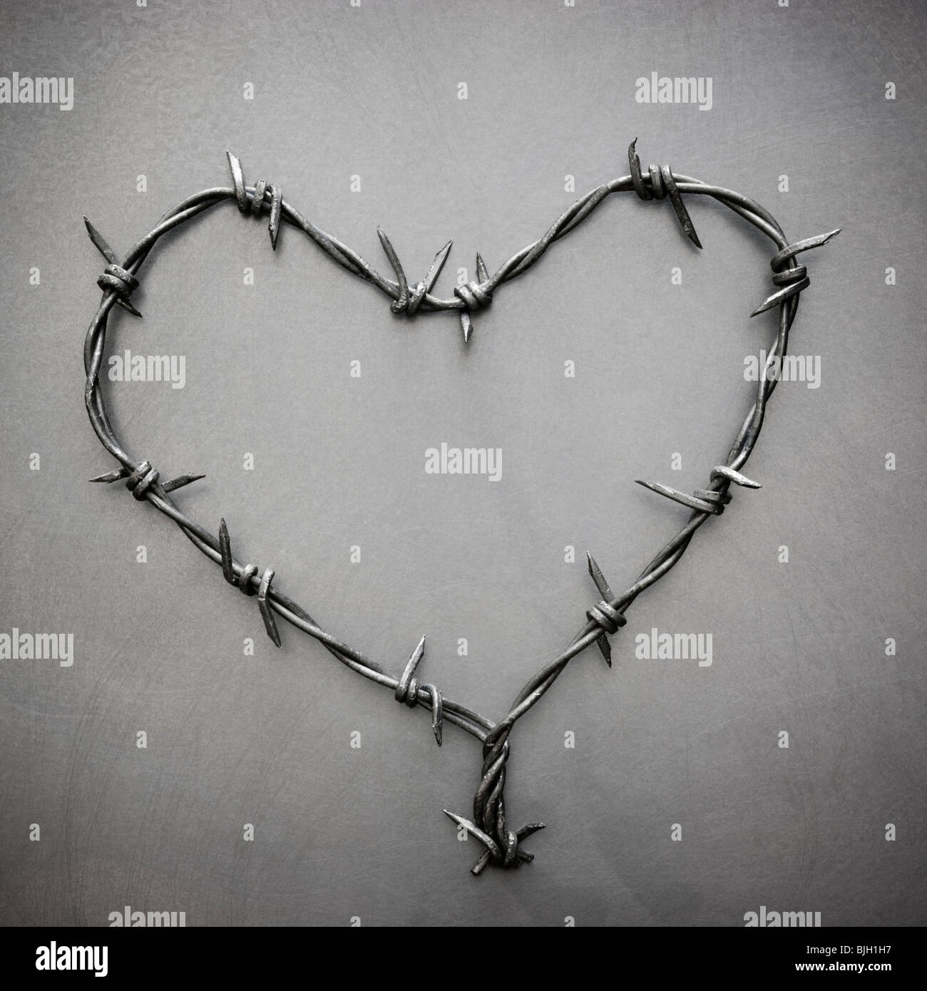 barbed wire heart Stock Photo: 28648627 - Alamy