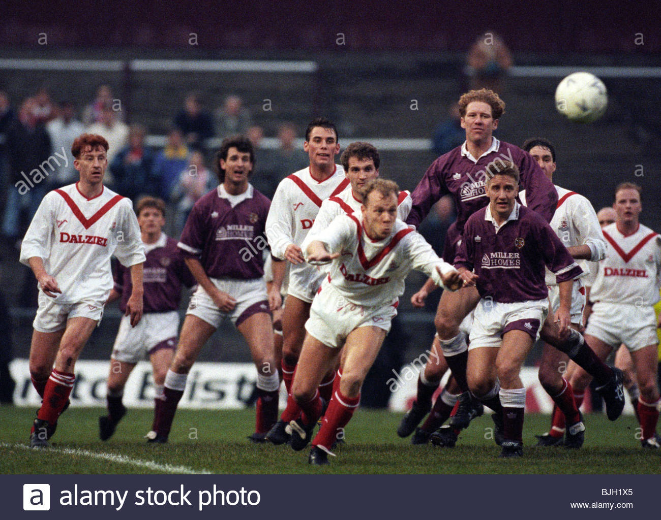 SEASON 1991/1992 HEARTS V AIRDRIE TYNECASTLE - EDINBURGH Both sets of players crowd the area as Airdrie's Jimmy - Stock Image