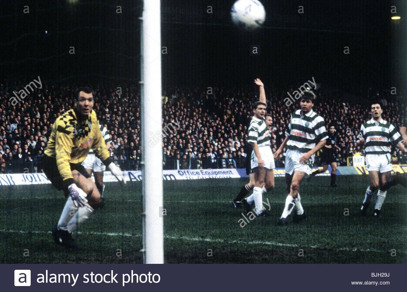 14/12/91 PREMIER DIVISION CELTIC V ST MIRREN (4-0) CELTIC PARK - GLASGOW Gordon Marshall (left) and Celtic team - Stock Image