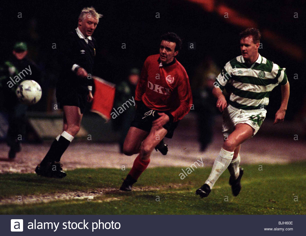 SEASON 1992/1993 CELTIC V CLYDE CELTIC PARK - GLASGOW Mike Galloway (right) chases the ball with Clyde's Keith - Stock Image