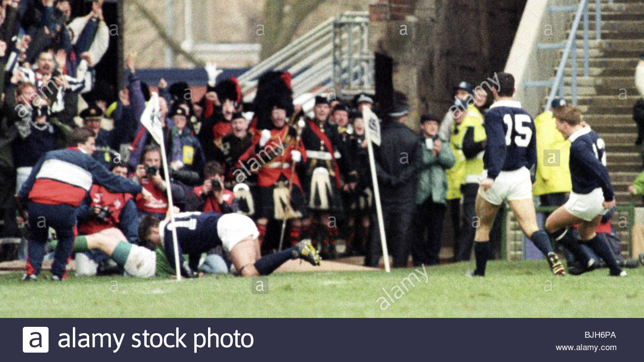 16/01/93 FIVE NATIONS SCOTLAND V IRELAND (15-3) MURRAYFIELD - EDINBURGH Tony Stanger stumbles into touch after crossing - Stock Image