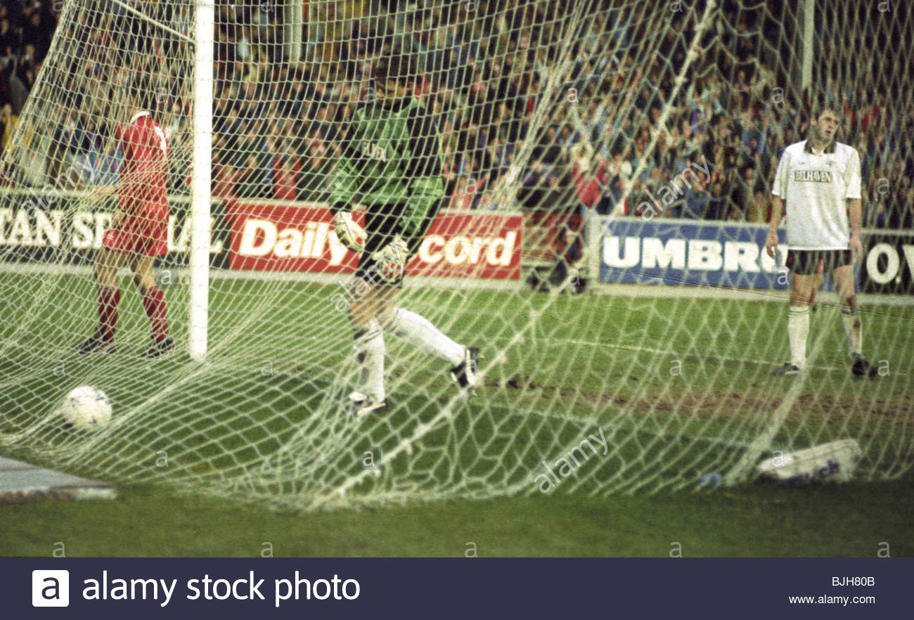 07/02/93 TENNENT'S SCOTTISH CUP ABERDEEN v DUNDEE UTD (2-0) PITTODRIE - ABERDEEN Dejection for Dundee Utd keeper - Stock Image