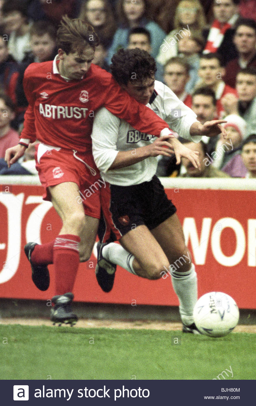 07/02/93 TENNENT'S SCOTTISH CUP ABERDEEN v DUNDEE UTD (2-0) PITTODRIE - ABERDEEN Stephen Wright (left) grapples - Stock Image