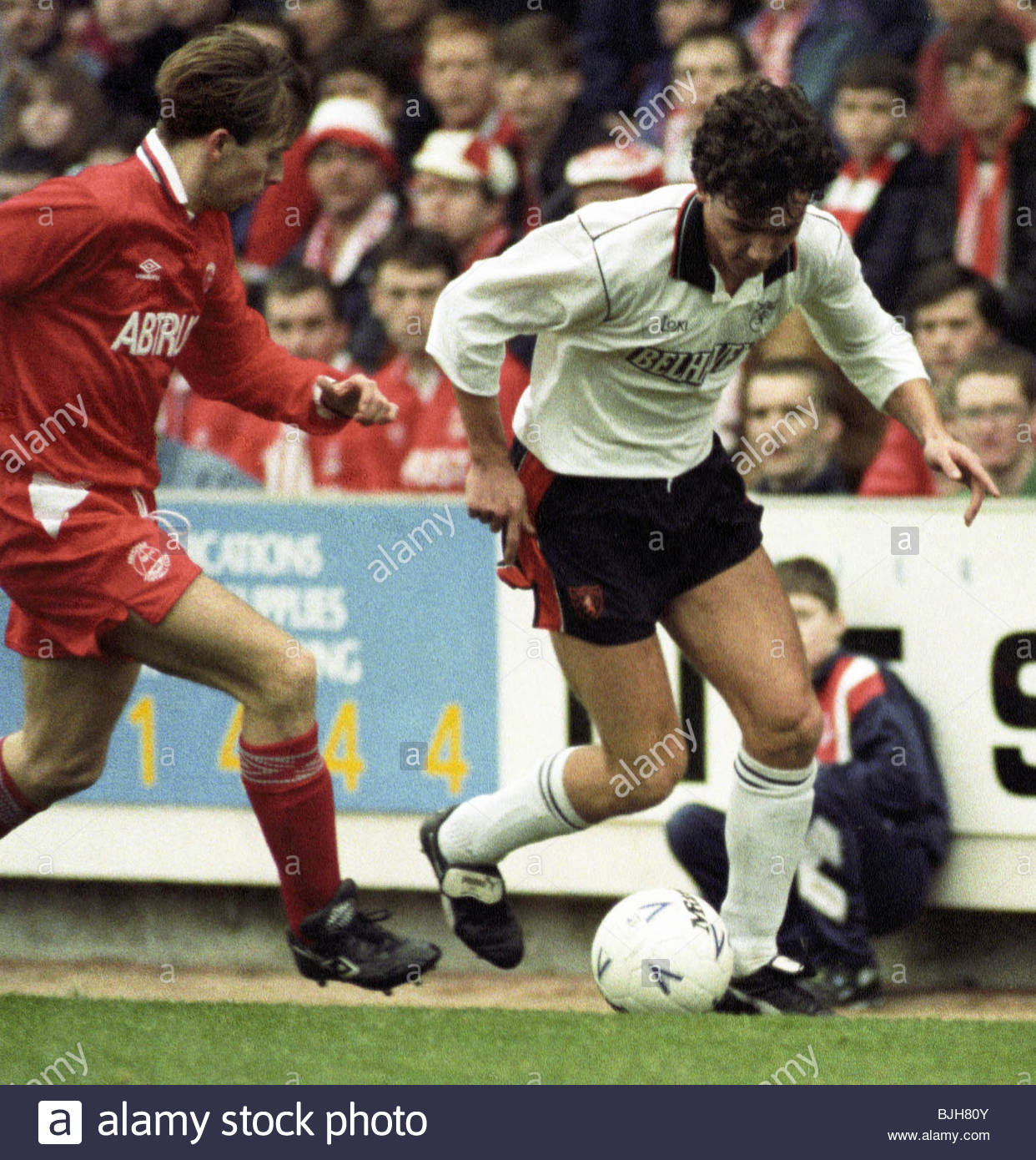 07/02/93 TENNENT'S SCOTTISH CUP ABERDEEN v DUNDEE UTD (2-0) PITTODRIE - ABERDEEN Stephen Wright (left) closes - Stock Image