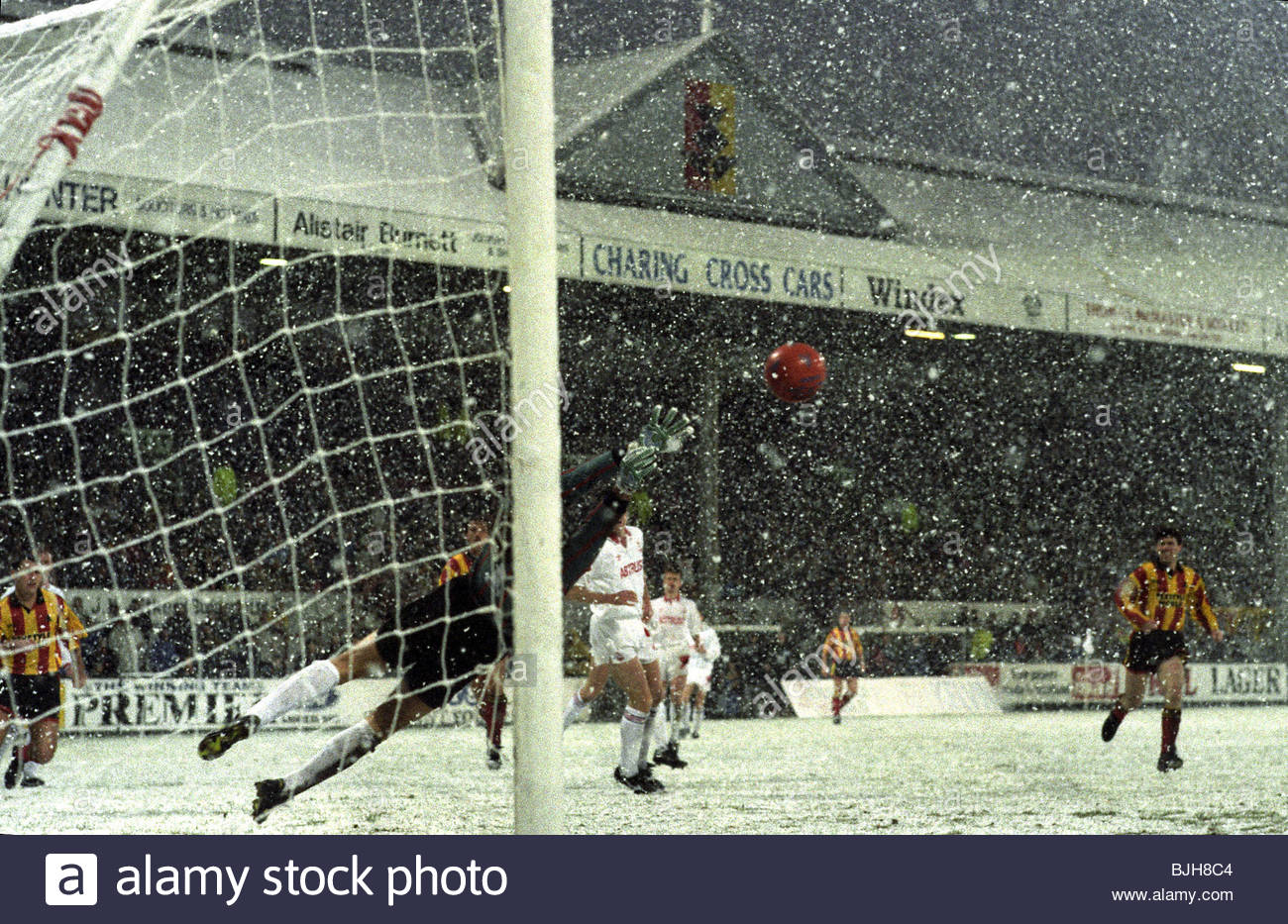 21/11/92 PARTICK THISTLE V ABERDEEN 0-2) FIR HILL - GLASGOW Aberdeen goalkeeper Theo Snelders (foreground) dives - Stock Image