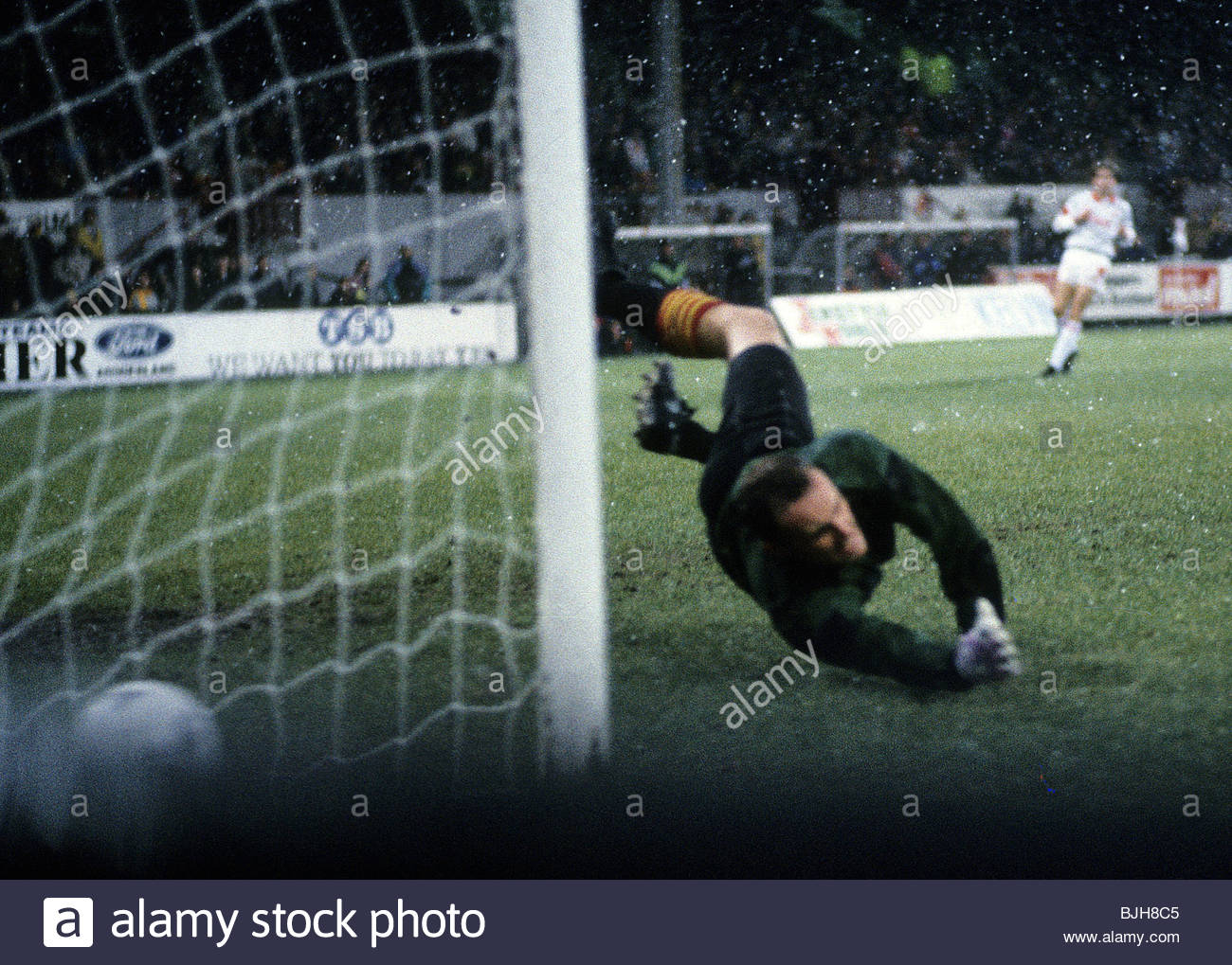 21/11/92 PARTICK THISTLE V ABERDEEN 0-2) FIR HILL - GLASGOW Partick goalkeeper Andy Murdoch fails to stop a strike - Stock Image