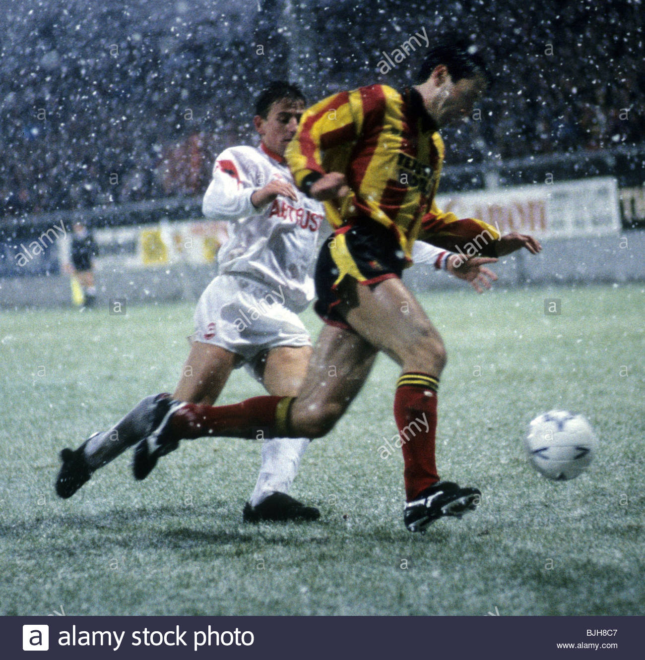 21/11/92 PARTICK THISTLE V ABERDEEN 0-2) FIR HILL - GLASGOW Aberdeen's Paul Mason (left) pursues David Irons - Stock Image