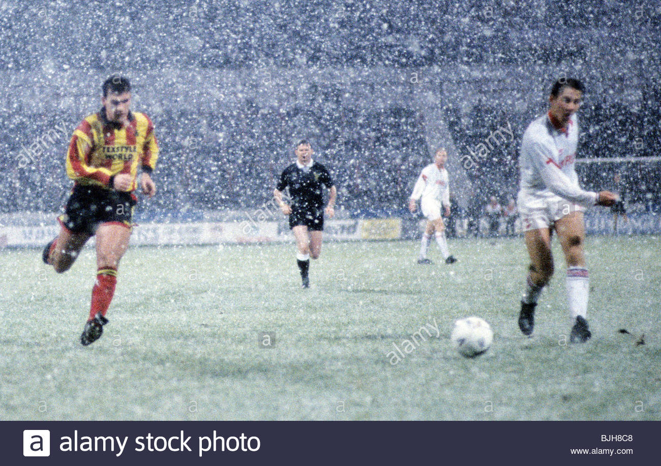21/11/92 PARTICK THISTLE V ABERDEEN 0-2) FIR HILL - GLASGOW Partick's Grant Tierney (left) chases for the ball - Stock Image