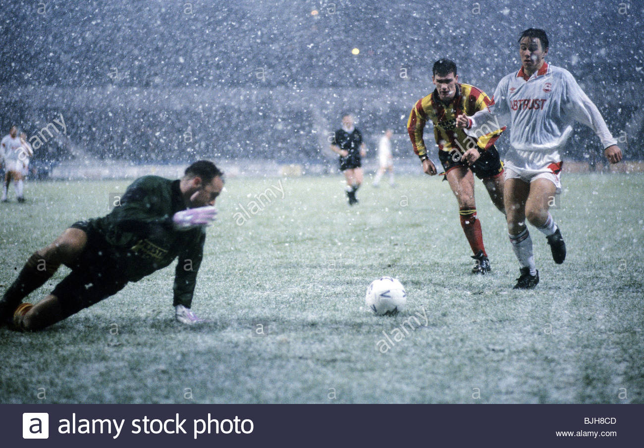 21/11/92 PARTICK THISTLE V ABERDEEN 0-2) FIR HILL - GLASGOW Partick goalkeeper Andy Murdoch (left) scramble to reach - Stock Image